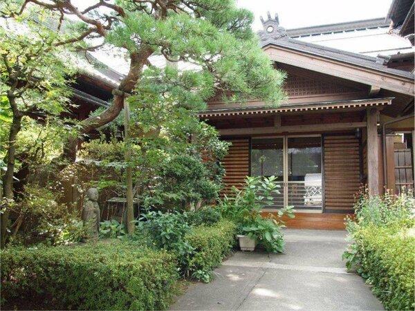 前庭から正面玄関
