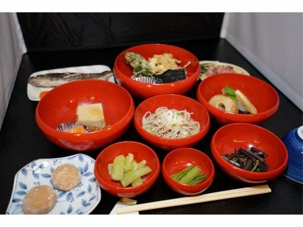 こだわり住職の信州の食事。お坊さんが使う鉢を模した鉢料理。