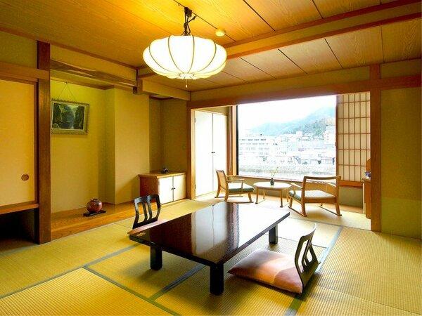 【千遊館・和室10畳】客室の窓は広くなっております。景色をお楽しみ下さいませ。
