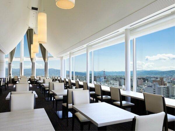 【スカイレストラン白馬】開放感のある広々とした空間で、美味しいお料理をご堪能いただけます。