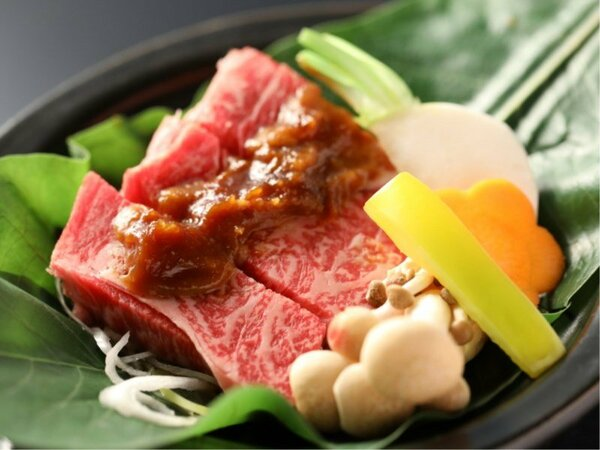 よろづや本館 スタンダード会席「彩・いろどり」 特製の味噌といただく信州牛の朴葉焼き