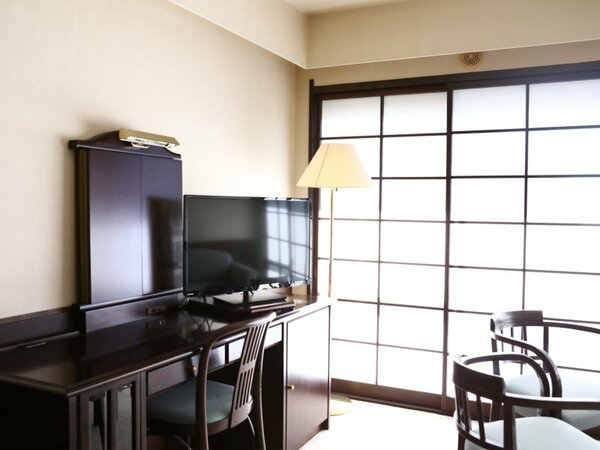 本館【和洋室】 ツインベッドルーム(約12畳)と和室8畳の二間続きのスイートルームです。