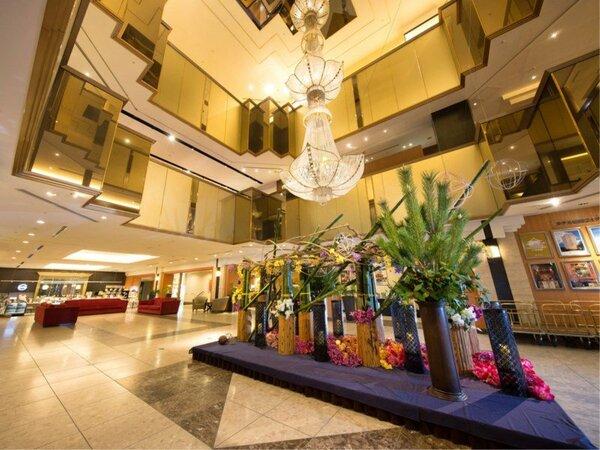 ロビーにはロブマイヤー製の巨大なシャンデリア♪ 季節ごとの設えでお迎えします