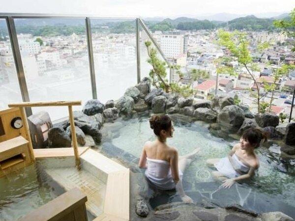 【展望露天風呂】最上階13階にあり、昼間は北アルプスの景色、夜は高山市街の夜景をご堪能いただけます。