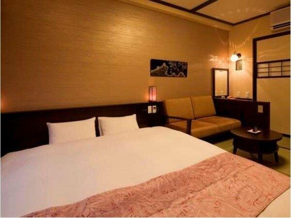 【和デラックスダブル】ベッド幅200cmのキングサイズベッドを配備。カップルにおすすめ。