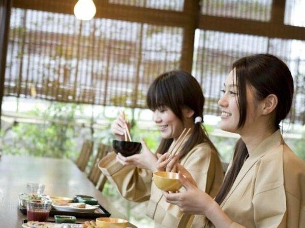 【朝食】野菜・デザートも充実の約60品目を取りそろえた贅沢な朝食バイキングです。