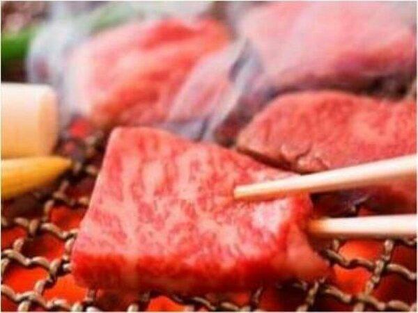 さし(脂身)の多い飛騨牛には、備長炭の炭火で焼いて余分な油を落とします