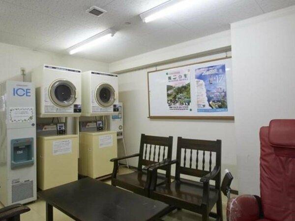 【ランドリーコーナー】洗濯機と乾燥機が2台配備。