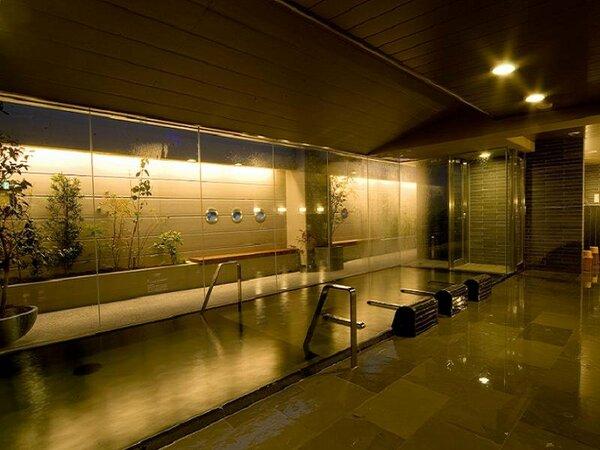 男女別天然温泉大浴場を完備。入浴時間は15時から翌9時まで。