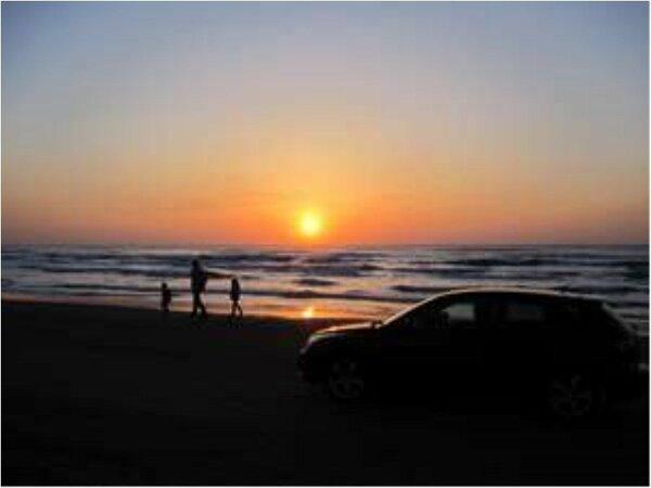 千里浜に沈む夕日。歩いて3分で美しい能登の夕日がご覧頂けます。
