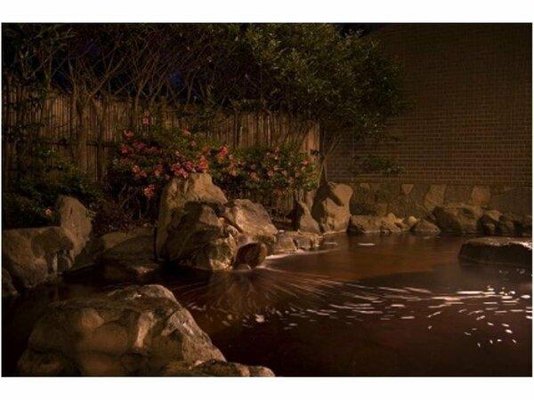 地下1300mからの天然温泉は炭酸の含まれた塩泉で、まるで紅茶のような色。茶色い湯の花もここならでは