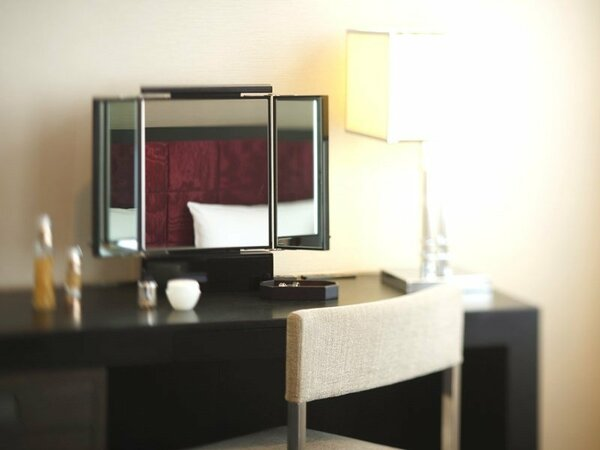 スタイリッシュツインルームには、女性のお客様に好評の卓上三面鏡をご用意しております。