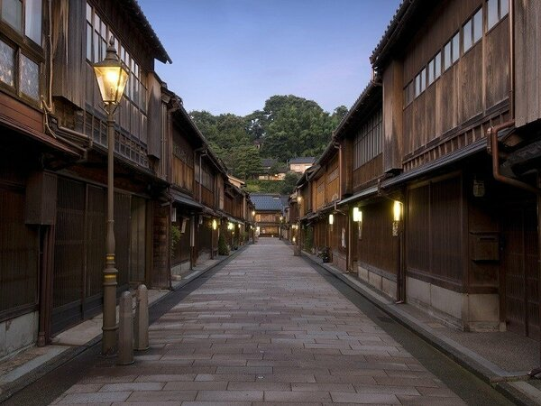 日中とは一味違う町並みを楽しめます。夕刻のひがし茶屋街イメージ