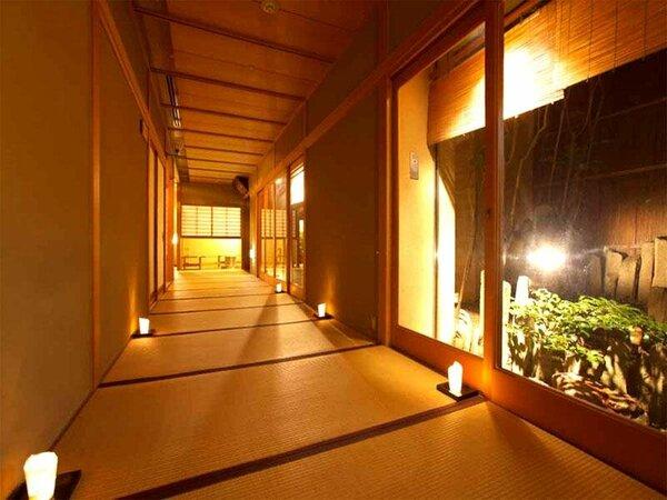 灯りがともる廊下
