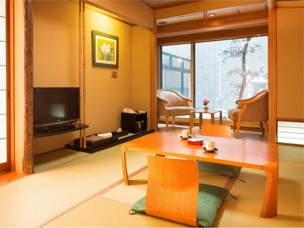 和室 江戸間8畳畳のお部屋でゆったりとお寛ぎくださいませ。
