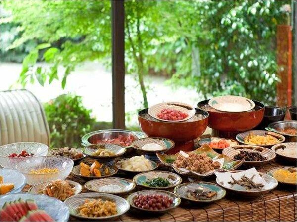 【朝食】約60種の料理が並ぶ朝食「九州バイキング」。