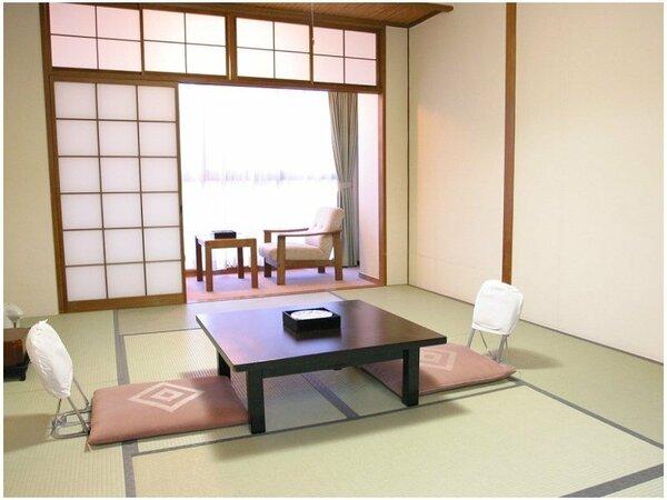 【東館】改装前のお部屋です。広縁付きのシンプルな和室す。