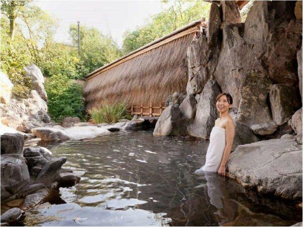 【露天風呂・宙の湯】女性専用露天風呂「宙の湯」。清々しい緑を眺めつつ、柔らかい温泉を満喫。