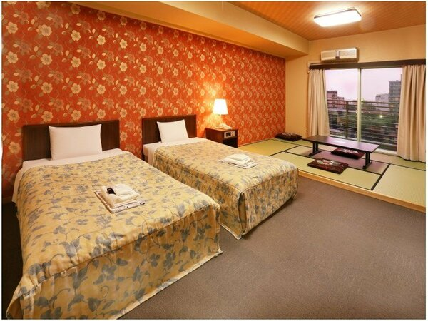ゆったりとした和洋室には6畳の畳スペースとセミダブルベッドが2台ご用意されております。
