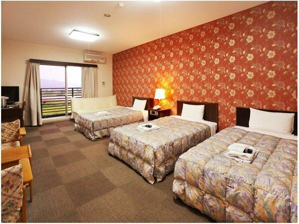 38平米のゆったりとした洋室にはセミダブルベッドが3台ご用意されています。