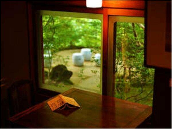 ラウンジでゆっくり読書を楽しんだり、自然の中で過ごす時間はまさにプライベート空間。