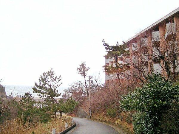 *[外観]海水浴場徒歩3分!美しい自然と調和した静かな佇まい。