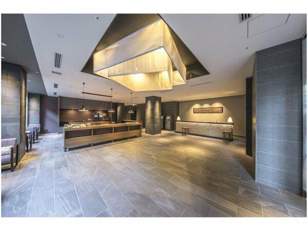 ロビー:天井には幕体やフロントカウンターには、西陣織の生地を使用
