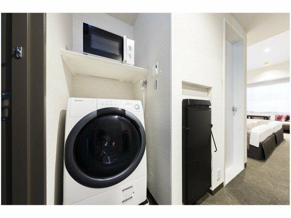 【全室完備】洗濯乾燥機・電子レンジ・ズボンプレッサーとあると便利なものが客室内に設置してあります。