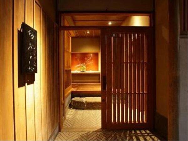 【玄関入口】京町屋らしいこじんまりとした玄関をくぐれば寛ぎ時間のはじまりです。