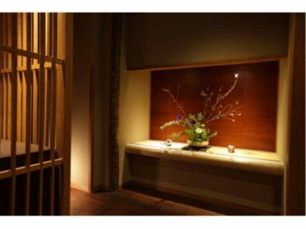 【ロビー】季節折々の花が皆様のご来館をお待ちしております。
