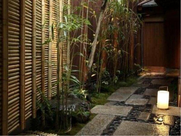 【入口】京都らしい奥まったところに玄関があります。隠れ家気分を高めながらお越し下さい。