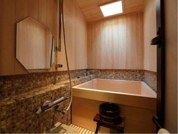 【檜風呂】が全てのお部屋に付いております。浴槽にたっぷりのお湯を張り、旅の疲れを癒してください。