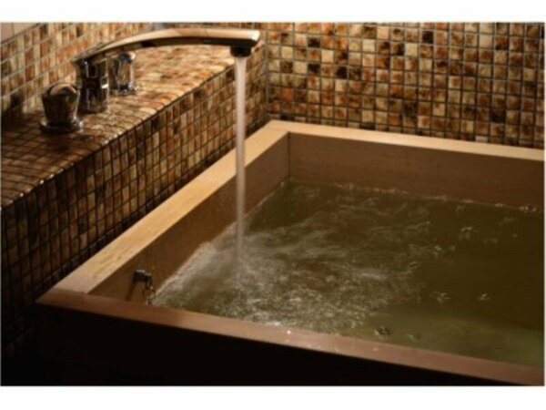 全室檜風呂付。まるで森の中に居るような、檜の香りをお楽しみ下さい。