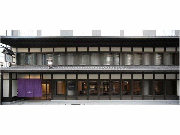 【ホテル外観】四条烏丸駅徒歩5分。歴史ある町並みの中に位置し、京町屋を思わせる格子が印象的な外観