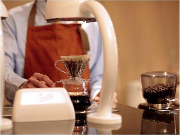 【コーヒーカウンター】地元のお店と提携したこだわりのコーヒーをご提供。至福の一杯をお愉しみください