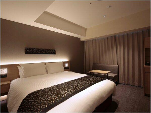 【スーペリアダブル】20~21平米。160センチダブルベッドとライティングデスク付の機能的な客室
