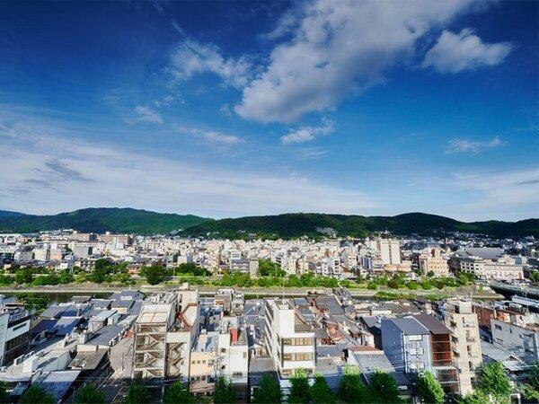 【ホテル最上階(8階)からの景色】東山を一望できます。