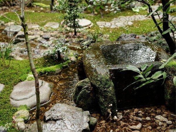 京都盆地の地下水:敷地の地下から汲み上げた水を使用。非常に硬度が低い軟水で、澄んだまろやかな味わい。