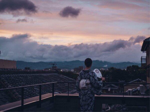 ルーフバルコニー:広い空の下、東山や京都の町並みをご覧いただけます。