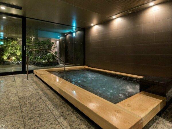 【大浴場】湯船につかりながら、庭園をご覧いただけます。
