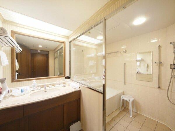 【スーペリア ・プレミアム・エグセグティブ】洗い場付のバスルームでごゆっくりとお寛ぎください。※シン