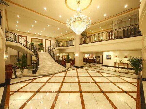 大きなシャンデリアと大階段が印象的。週末はロビーウエディングで一層華やいだ雰囲気に。