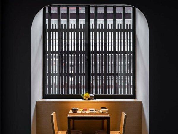 風情のある格子窓の傍で味わう朝食