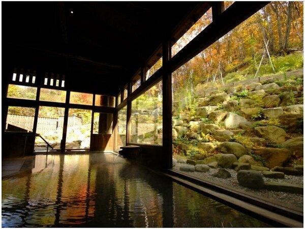 ●秋景色の内湯/秋には蔵王の紅葉風呂をお楽しみください。