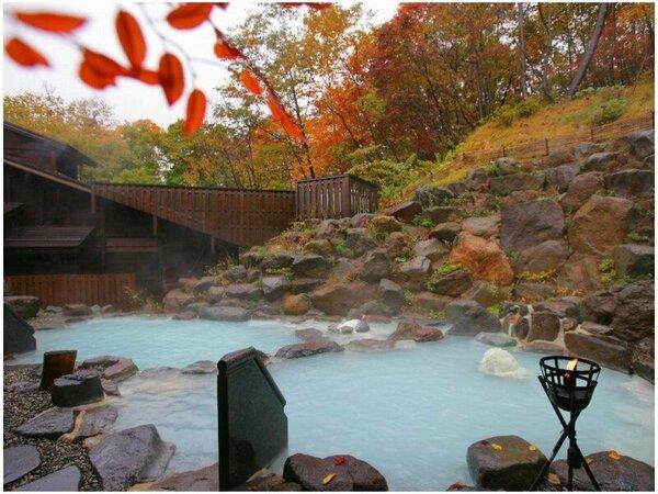 ●秋景色の露天風呂/開放感の溢れる露天風呂で、蔵王の紅葉をお楽しみください。