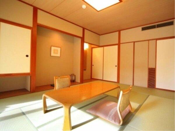 ◆【和室10畳】ゆったりとした和室は、やさしい木のぬくもりと畳の香りに包まれています。