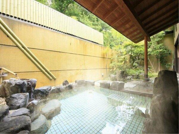 坪庭の季節の移ろいを感じられる露天風呂