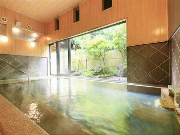 坪庭の緑が美しい大浴場