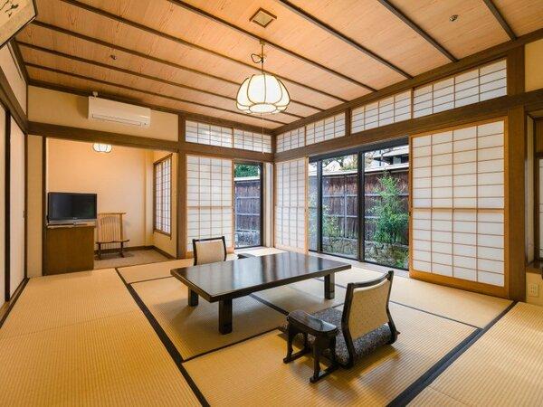 二間続きの和室(10帖+4.5帖)各客室は離れ風の数寄屋造りでプライベート感あり。