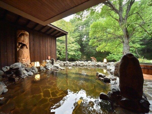 野趣あふれる露天風呂。川と目線が同じ高さ。